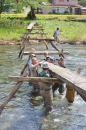 地域住民らが力を合わせて進めた松日橋の設置作業=下有住